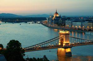 bro i budapest på natten