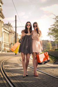 kvinnor som shoppas